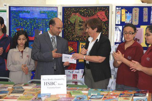 HSBC Victoria donates €400 to local school