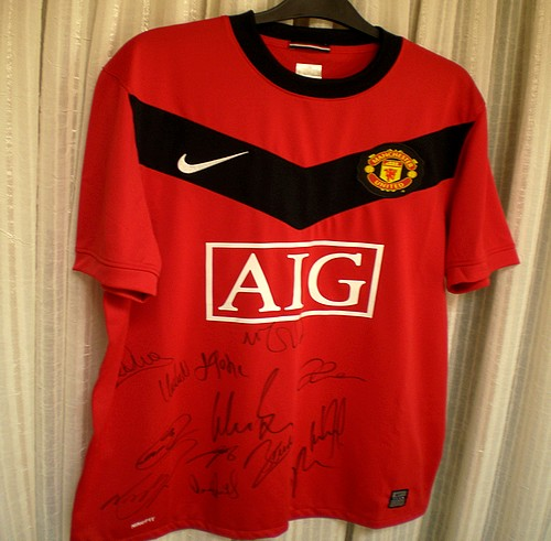 Fully signed Manchester United Football Shirt up for grabs