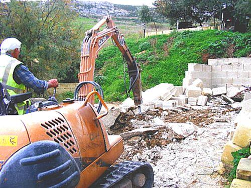 MEPA demolish Dahlet il-Qorrot illegal boathouse structure