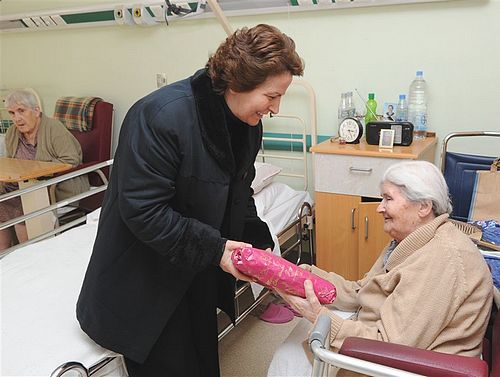 Minister for Gozo visits patients at Gozo General Hosptial