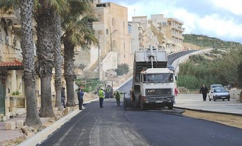 First coating of tarmac laid down on the Xlendi road