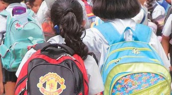 Doctors warn against children carrying overweight school bags