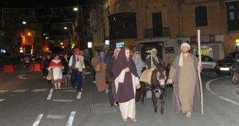 Holy Family on journey to Bethlehem f'Ghajnsielem, Christmas lights switched on