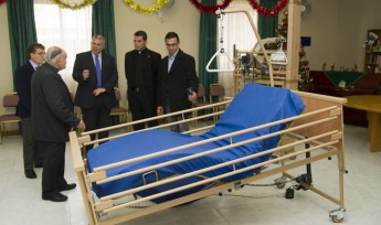 Minister for Gozo presents three new beds to the Arka Foundation