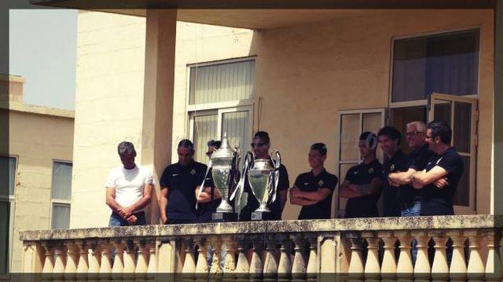 Ghajnsielem F.C players surprise visit to Ghajnsielem Primary students