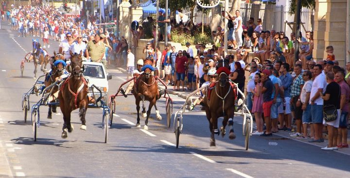 Massive crowds attend Santa Marija horse races in Victoria