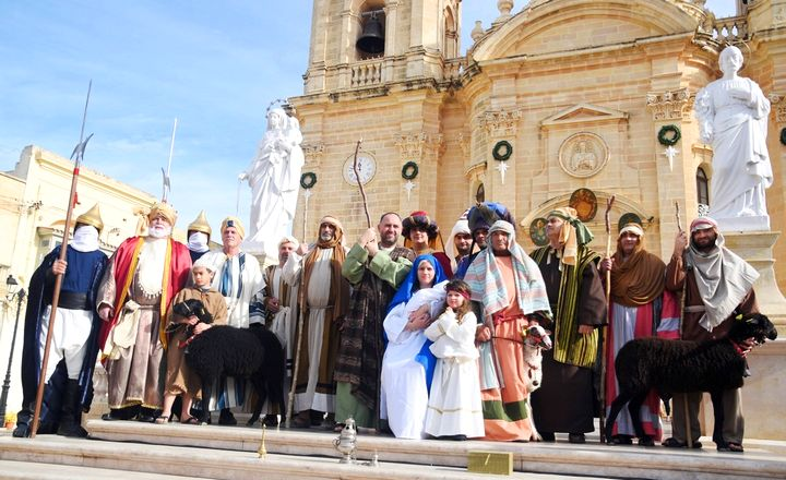 Large crowds welcome triumphal entry of La Cavalcata Dei Re Magi