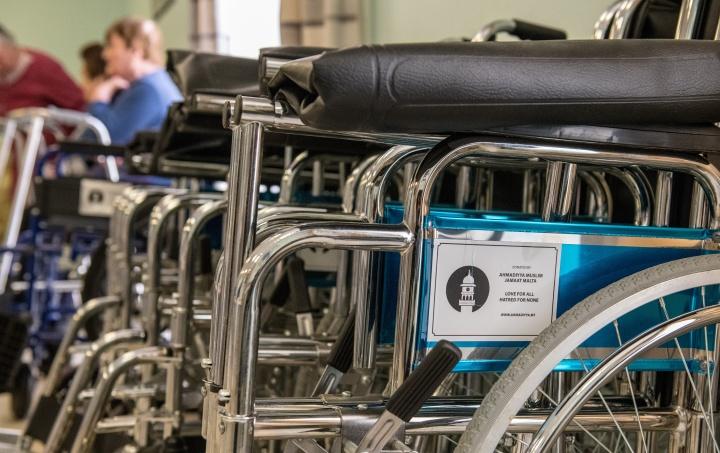 Ahmadiyya donates wheelchairs and hampers to Santa Anna at GGH